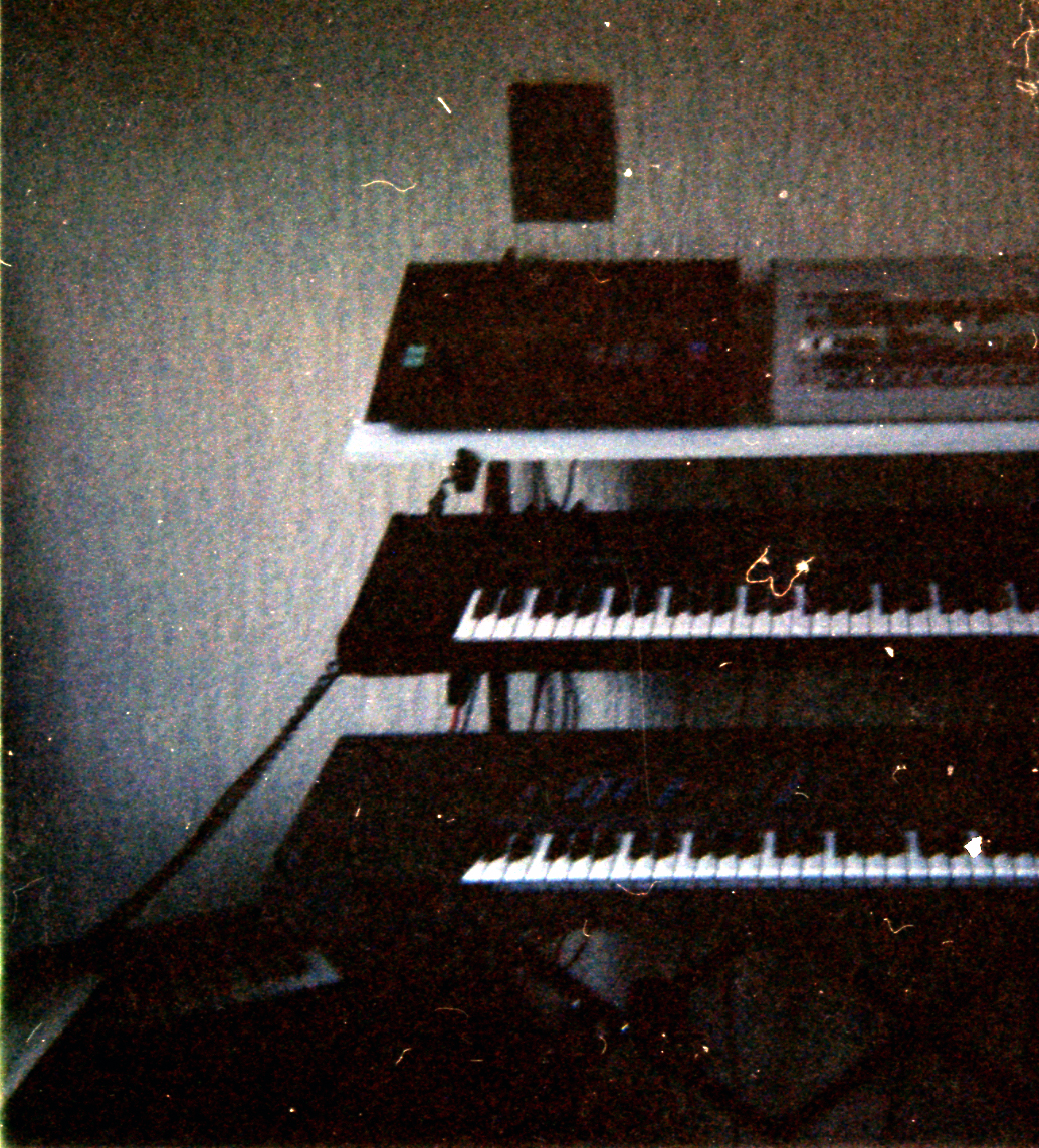 LO: Yamaha RX5 Drum - RO Roland TR 909, M: Yamaha DX 7 I, U: EMU Emax 1, LU: Casio CZ 1000