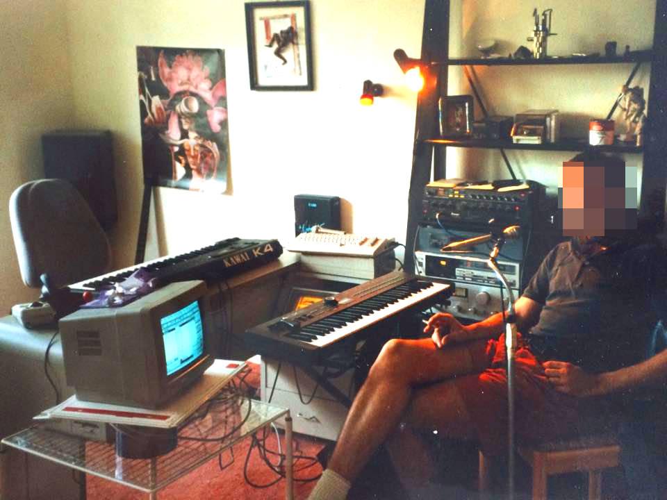 So sah es damals in den analog-digitalen Musikzimmern in den 1980 er Jahren aus. Zm Schutz der Privatsphäre wurden einige Bereiche verpixelt.
